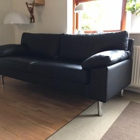 Har været brugt samlet 1 uge sort læder sofa Nypris 7800,- Kom med et realistisk bud