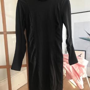 Varetype: Mini Farve: Sort Oprindelig købspris: 1199 kr.  Tiger of Sweden Rixa kjole - elastisk så den sætter sig flot  Brugt en enkelt gang, så i perfekt stand. Sælges pga graviditet
