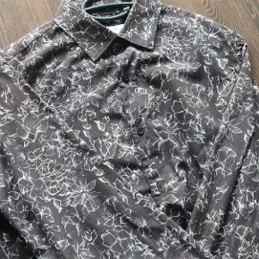 Lækker skjorte fra Lindbergh i slim fit, den har et lækkert print som giver god kontrast.  Skjorten er som ny og uden fejl  Kan ses i Hillerød eller sendes