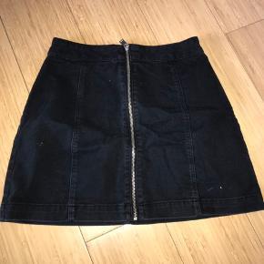 Sort nederdel fra H&M.  Ingen skader.   Str. - 36/S  Np. - ?
