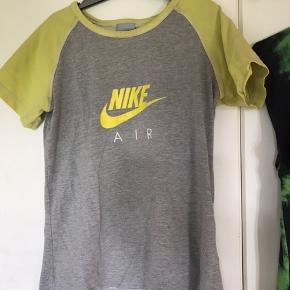 Nike air t-shirt det er en L i børnestørrelse, så fitter xs og en lille s voksen Nike logoet er lidt slidt. BYD
