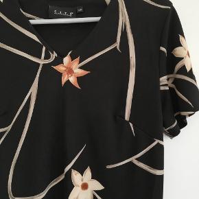 Str hedder 38/40. Mærket er Cité Copenhagen.  Fin kjole med de fineste blomster. Den har lille slids i siderne.