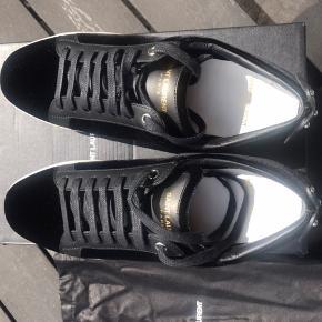 Lips Sneakers fra YSL sort velour.  Helt nye, da de købt efter bestilling, men desværre for små Nypris 595 EUR   Kassen, dustbags haves Str. 39 1/2 Byd. Kun seriøse henvendelser modtages Mp 3200 inkl forsendelse