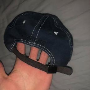 Supreme S logo cap, normalt hvid, men died til en mørk navyCond: 7.5 (condition grundet at læderstrap er lidt cracket efter farvning) Mp: 300kr