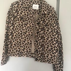 Sælger min envii cowboyjakker med leopardprint. Den er aldrig brugt. Skriv ved interesse 😊