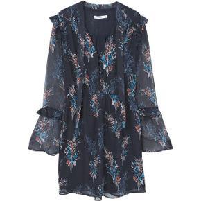 Varetype: kjole blomstret Farve: Mørkeblå  Super fin kjole fra Mango.  Den sælges for 100 + porto eller kan afhentes på Østerbro :-)