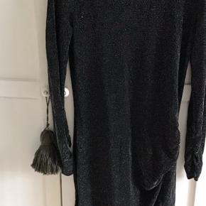 Malene Birger kjole med glimmer tråde, rynk i siden og stretch.   Passer en str. S/M
