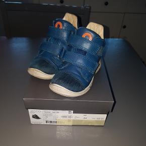 Ecco gotex støvle. Købt til min søn d. 21 september 2018- Kvitteringen haves.  Så KUN brugt i 6 uger ( fra d. 21 sep til d. 3 okt).  Rigtig lækker støvle men min søn er allerede vokset ud af den! Så ingen slid.  Sålen måler 16 cm.