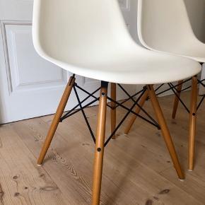 Eames Vitra DSW stole, 4 stk. Stolene er den klassiske hvide model med ahornben.  Stolene er meget velholdte og fremstår med små ubetydelige brugsspor.  Sælges med seperate sorte læderhynder.  Nypris 3360 kr. pr. stk.  Samlet pris: 7000 kr, kan også købes seperat.  Kvittering haves.