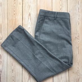 Part Two bukser fra 2017 sælges. De er kun brug meget få gange og vasket en enkelt gang. De består af polyester, viskose, uld og elastik.  Nyprisen var 900kr, men prisen er til forhandling