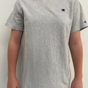Sælger denne super fine champion t-shirt. Den er maks brugt 5-6 gange, så fremstår derfor helt som ny. Den kommer fra røgfrit hjem.