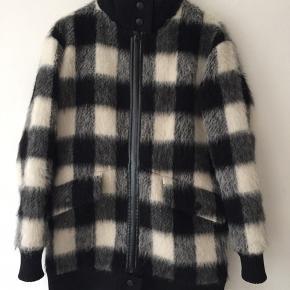 Smukkeste vinterfrakke fra Designers Remix i uld, alpaca og mohair.   Den er kun brugt én sæson og er derfor i fineste stand.  Den er foret med Valtherm for, som holder varmen ned til -5 grader.  Nypris: 4500 kr.