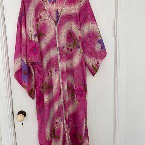 Smuk kjole får den bare ikke brugt. Passer alt fra en str 40-44