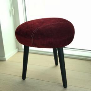 Taburet / puf fra Andersen Furniture ⭐️ Den fås ikke på markedet da det er et limited edition produkt - den er købt på messe og har kostet 3750kr fra ny. Den fejler intet udover få skrammer under benene. Sendes ikke og byttes ikke væk 🛍