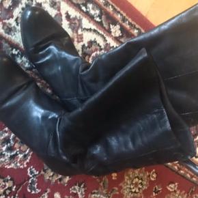 Varetype: Lækker skind støvler med kinahæl Farve: Sort Er overhovedet ikke slidt .  Super smart støvle ( halv lang )  Med snørredetajle bagpå