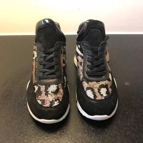 Super lækker sneaker med små paletter i mønster kombineret med lak, ruskind og glat læder.