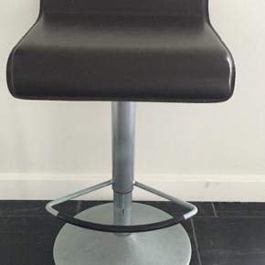 2 stk bar stole i brunt læder med alu stel. Få brugsspor. Sælges samlet