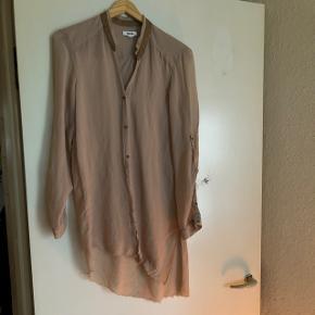 Smukkeste silke skjorte fra helmut lang .   Kommer ikke til sin ret på billeder .  Mange smukke detaljer.   Aldrig brugt.