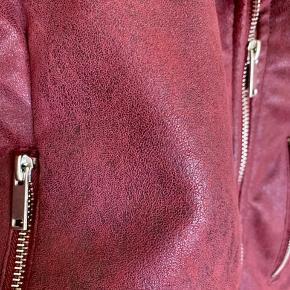 Imiteret læderjakke i størrelse 40, dog er den meget lille i størrelsen, derfor er den sat til størrelse 36. 💫  #trendsalesfund