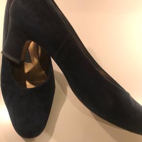 Fine sko fejler intet - hæl ikke slidt - ganske lidt brugsmærker - størrelsessvarende - jeg er en 39 så for store til mig - brugt to aftenener til fest .  Rabat ved køb af flere ting