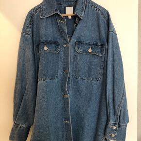 Denim skjorte i str M/L - løst fit og kraftig denim.