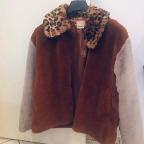 Købt denne fine og beholdte jakke her på TS. Desværre lidt for stor til mig. Kan evt byttes til str L,- ellers sælges den.