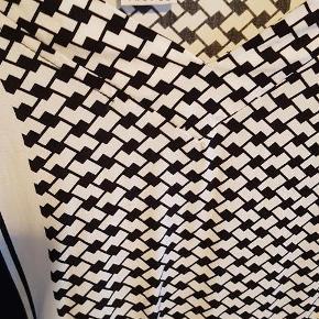 Varetype: skjorte Farve: sort og hvid Oprindelig købspris: 349 kr. Prisen angivet er inklusiv forsendelse.  Lækker skjorte i meget blødt materiale. Skjorten er aldrig brugt