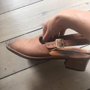 Fineste vintage sandaler i lysebrunt skind.  Hælen måler ca. 4 cm. Meget behagelige at gå i.