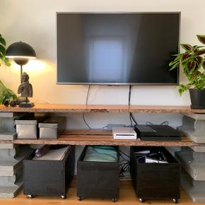 Hjemmelavet, rustikt TV-møbel. Det er ca. 160 bredt, 43 dybt og 62 højt. Du kan få de tre kasser under med for 50 kr. ekstra :-) Afhentes i Århus C.