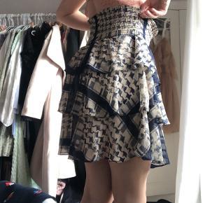 Jeg købte denne nederdel i håb om den kunne passe, men må desværre indse den er for stor til mig - så forhåbentligt kan en anden få glæde af den :)