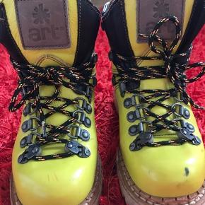 De flotteste støvler fra ART. De er måske brugt 2 gange, men har ellers ligget i en flyttekasse og har derfor brugsspor på den ene snude. Det kan muligvis vaskes af. Sælges derfor også billigt. Bud modtages gerne. Nyprisen menes, at være 1600-1700 kr.