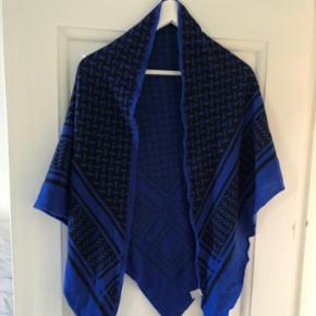 Lala Berlin tørklæde, meget pæn stand. Sælges fordi det har ligget sammenfoldet i skabet alt for længeNypris: 2700kr Mindstepris: 2000kr.  Lala Berlin, blå, blåt, tørklæde, halstørklæde, sjal