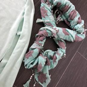 Helt ny og ubrugt Fransa cardigan og matchende tørklæde meds hvide perler. * Cardigan nypris 199 * Tørklæde nypris 199 Begge sælges for 130 + forsendelse OBS: billedes farve er lidt misvisende Cardigan og tørklæde farve er mint grøn - det var meget svært, at få kameraet til at vise den rigtige farve