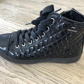 Skønne, skønne lak sneakers fra Geox str 33 sælges.  Brugt to gange.     Fast pris:  150 kr  Afhentes i Køge, Næstved eller Sorø  Bytter ikke!