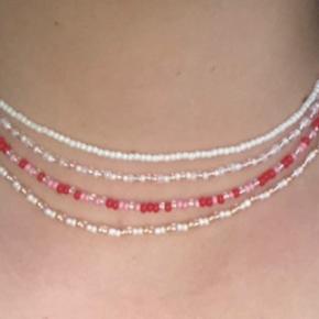 Jeg sælger disse flotte hjemmelavede perlehalskæder. De fås i alle farver. Design din egen halskæde.  Np: 50kr pr stk