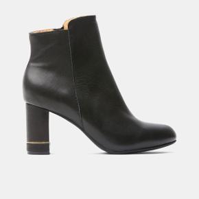 Super smukke læder støvler fra Shoe The Bear, med lille guld detalje på hælen. 👢  - Støvlen er i 100% læder. - Med gummi ydersål - Heel height: 7 cm  Sælges da de desværre er lidt for store til mig.   Ny pris: 1.300,-  Kan afhentes i København eller Hornbæk!
