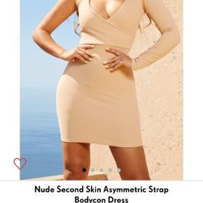 Prettylittlething nude beige cut out kjole   str 36. Aldrig brugt ingen bytte