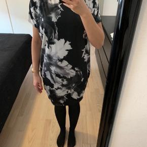Brugt 1 gang. Oversize kjole, som sidder løst på maven og med super pænt print.  Kan også passes af en str. M.