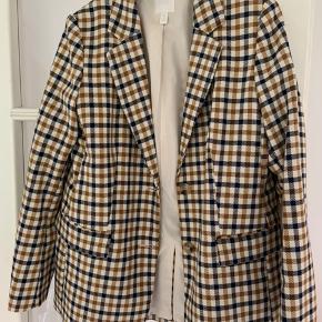Cool blazer fra h&m. Bruger normalt størrelse 36/38, men har købt 40 for et oversize fit