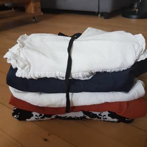 Tøjpakke med 6 overdele  Blandet størrelser men vil passe en m/l cirka Mærker som: topshop zara boohoo osv.    - Velkommen til min shop 🌺 - Flere annoncer kommer løbende 🥀 - Sender gerne med Dao (cirka 37-40 kr) 🌸 - Altid en lille overraskelse med i pakken 🎁 - Bosiddende på Nørrebro (kan også afhentes der 🏵 - følg gerne min profil, da priser bliver sat ned løbende🌼 - Tager ikke retur 🌹 - Mængderabat gives også🌷 - Røgfrit hjem 🚭  - 164 cm høj 🌻  Tags : tøjpakker bluse bluser overdele toppe topper flæser ruffle ruffles mønster tie ties print prints cow cows ko tøj pakke pakker bundle bundles of clothes closet mystery box rød rust grøn green sort hvid cream beige blue mørkeblå blå peplump