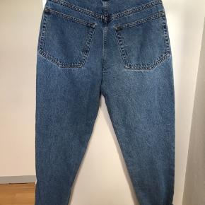 Super fede vintage jeans i super cool mom fit og i den helt rigtig 90'er jeans farve. De er formentlig også fra 90'erne. Det er 100% bomuld og Made in Italy. Passer str s / 36 / 26-27 i jeans. Kom med et bud.   Varen befinder sig i 9520 Skørping. Sender med DAO.  Se også min øvrige annoncer. Jeg sælger tøj, sko og accessories. Pt er min shop fuld af vintagekup, high street fund og mærkevarer i mange forskellige str. Kig forbi og spøg endelig!