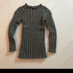 Hjemme strikket trøje. Str. S. Aldrig brugt.