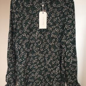 Mega lækker let sommerbluse fra Part Two med fint blomsterprint i sort, grøn, hvid og brun. Det er en sample som fremstår som ny, ubrugt og stadig med mærke på. Den har en åbning fortil og har små fine messingknapper. Snittet er meget lige op og ned. Det er 100% viskose og stoffet er let, lækkert og åndbart. Str 36, men passer flere str pga snittet. Modellen hedder Iggy blouse. Kom med et bud. NP: 750kr.  Varen befinder sig i 9520 Skørping. Sender med DAO.  Se også min øvrige annoncer. Jeg sælger tøj, sko og accessories. Pt er min shop fuld af vintagekup, high street fund og mærkevarer i mange forskellige str. Kig forbi og spøg endelig!