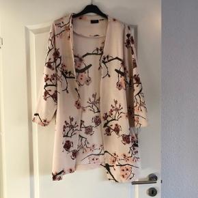 Smuk loose kimono, brugt få gange... FAST PRIS OG JEG BYTTER IKKE!!! KØBER BETALER FRAGT, HANDEL OPRETTES HERINDE 😊👍🏻