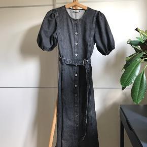 Populære Gestuz malkekone kjole i sort denim.   Aldrig brugt, helt ny.  Nypris: 999