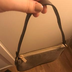 Lækker taske fra Mango. Fik den i gave sidste år, men har desværre aldrig rigtigt fået den brugt.