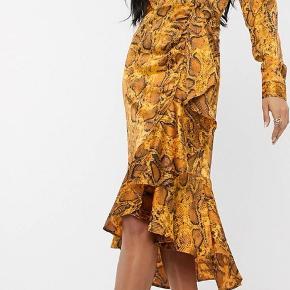 Sælger denne kjole da jeg aldrig får den brugt.  Har prøvet den på, aldrig brugt.