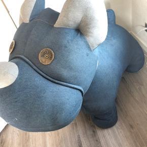 Stor Jack & Jones hund. Nypris 1700,-.. åben for bud. Den er stabil, så børn kan sidde på den. Skal hentes i 6261 Bredebro, Tønder.