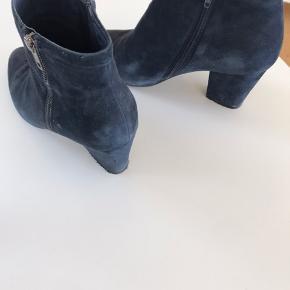 Lækre mørkeblå ruskindsstøvler med lynlås både indvendigt og udvendigt på foden. God pasform. 8 cm hæl