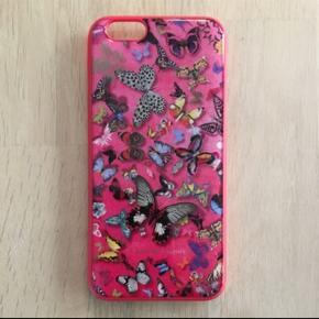 Christian Lacroix cover til iPhone 6/6S I fin stand men har fået en misfarvning på indvendig side. Dette ses selvfølgelig ikke, når coveret sidder på telefonen. 6700/Rørkjær  Sender gerne med DAO til nærmeste pakkeshop.